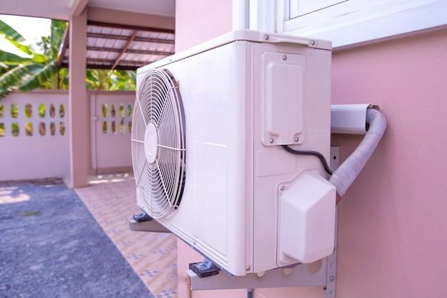 Unidade de compressor para ar condicionado tipo parede instalado na parte externa do edifício. Foto Premium