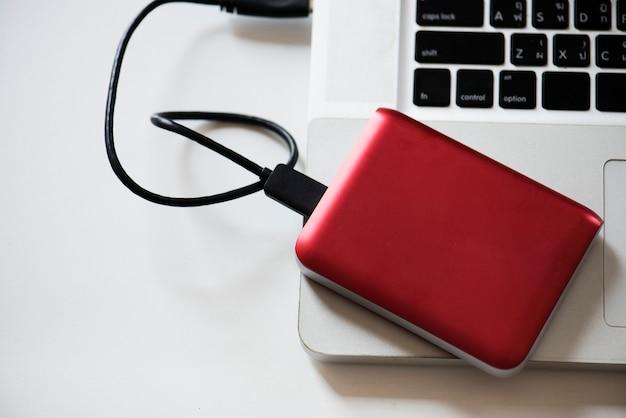 Unidade de disco rígido externo conecte ao laptop Foto gratuita