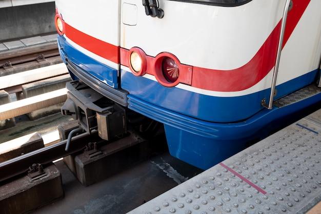 Unidades de trem elétrico na estação. Foto Premium
