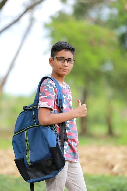 Universitário indiano com saco Foto Premium