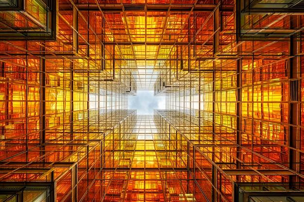 Uprisen ângulo do arranha-céu de hong kong com reflexo das nuvens entre o edifício alto Foto Premium