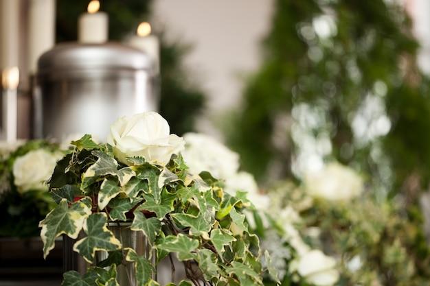 Urna funerária com velas e flores Foto Premium