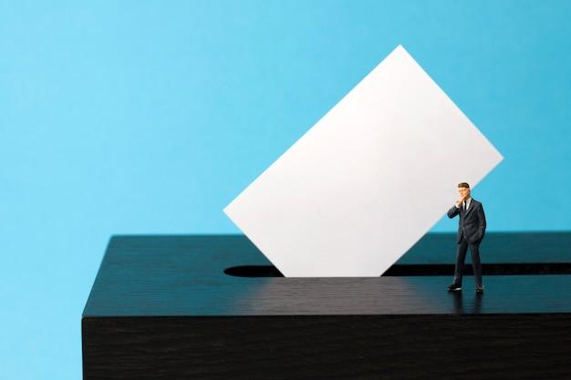 Urnas com o eleitor em miniatura Foto Premium