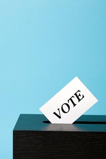 Urnas com papel de voto no buraco Foto Premium