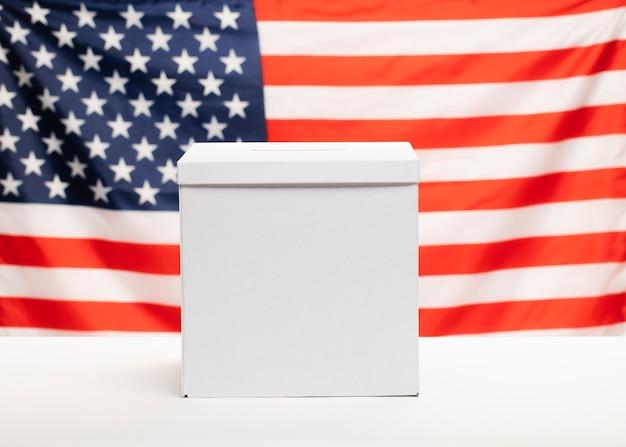 Urnas de vista frontal com bandeira americana no fundo Foto gratuita