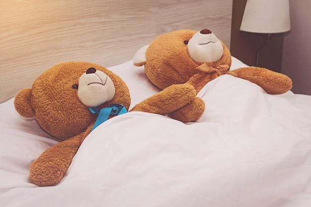 Ursinho deitado na cama Foto Premium