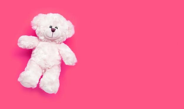 Urso branco do brinquedo no fundo cor-de-rosa. Foto Premium