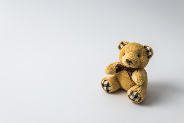 Urso de brinquedo de pelúcia isolado no fundo branco Foto Premium