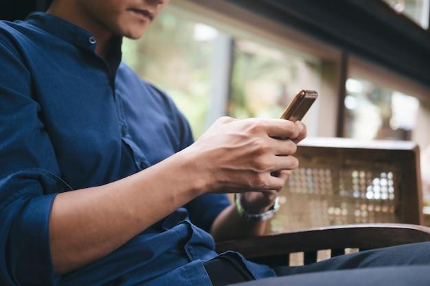 Usando a tecnologia de conexão on-line para negócios, educação e comunicação. Foto Premium
