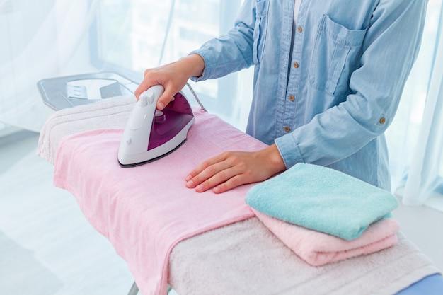 Usando ferro para passar roupas e roupas após a lavagem Foto Premium