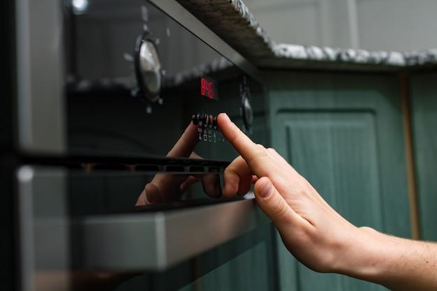 Usando um forno elétrico para assar e cozinhar Foto Premium