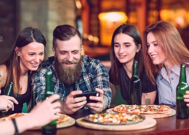 Usar celular selfie photo group friends Foto Premium
