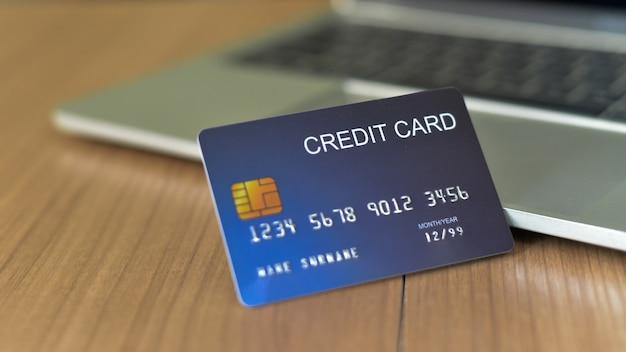 Use cartões de crédito e macbooks para comprar - imagens Foto Premium