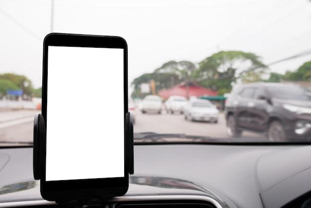 Use o seu smartphone no carro para obter instruções de gps para o seu destino através da aldeia Foto Premium