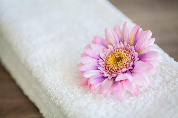 Uso branco das toalhas do algodão no banheiro dos termas, conceito de toalha Foto Premium