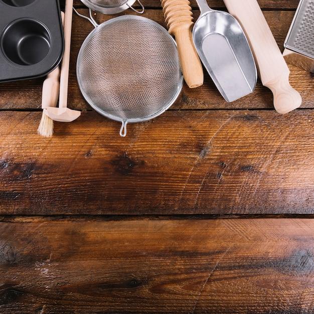 Utensílio de cozinha para assar bolo na mesa de madeira Foto gratuita