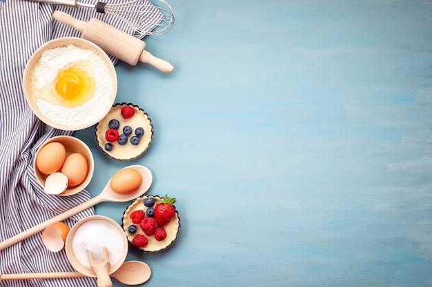 Utensílios de cozimento e ingredientes de cozinha para tortas, biscoitos, pastelaria. Foto Premium