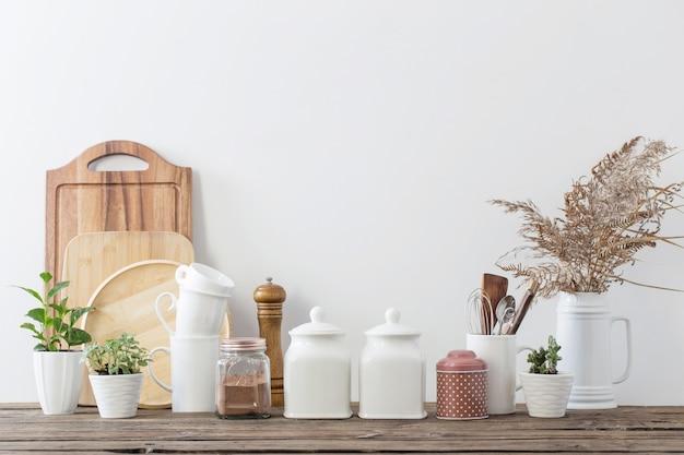 Utensílios de cozinha em mesa de madeira em cozinha branca Foto Premium