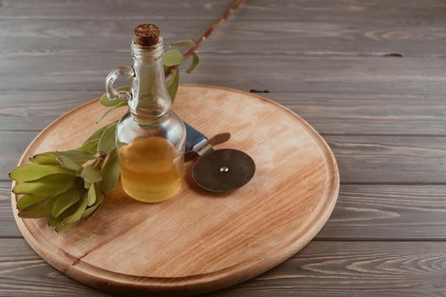 Utensílios de cozinha em uma mesa de madeira Foto gratuita