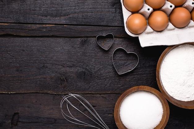 Utensílios de cozinha, farinha e açúcar na madeira Foto Premium