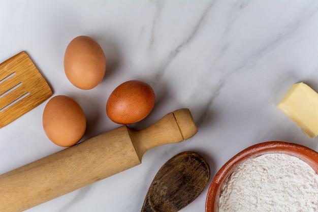 Utensílios de cozinha, ovos, farinha e manteiga. Foto Premium