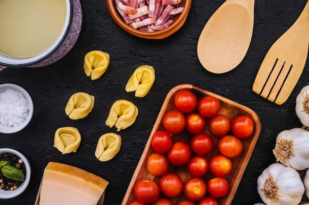 Utensílios de cozinha perto de ingredientes de massa Foto gratuita