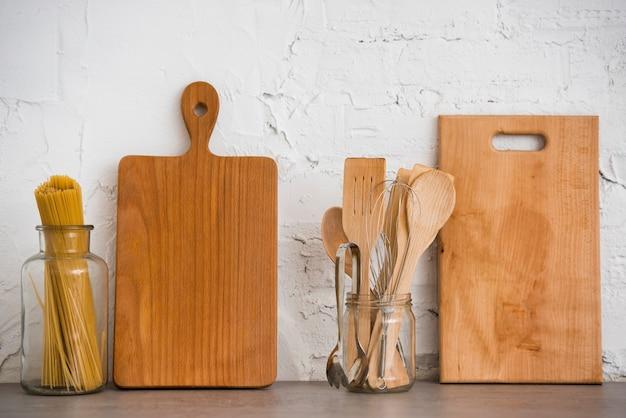 Utensílios de madeira na bancada Foto gratuita