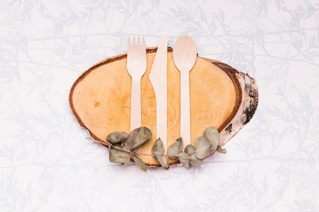 Utensílios de mesa de madeira na placa de madeira Foto gratuita