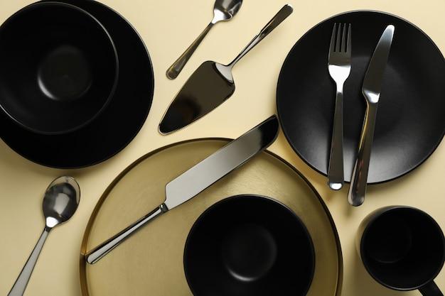 Utensílios de mesa e talheres em fundo bege, vista superior Foto Premium