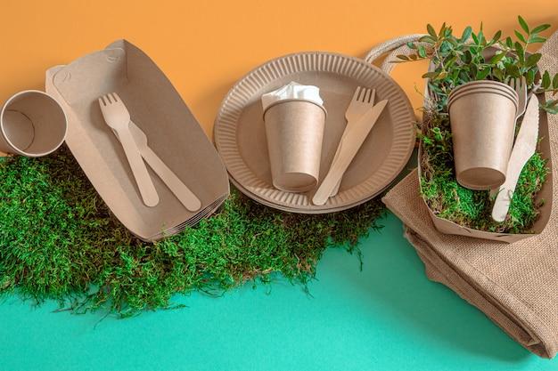 Utensílios de mesa ecológicos, descartáveis e recicláveis em um fundo colorido. Foto gratuita