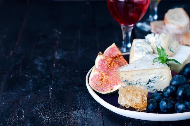 Uva, queijo, figos e mel Foto Premium