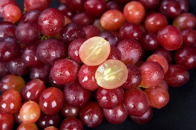 Uva vermelha com gotas de água Foto Premium