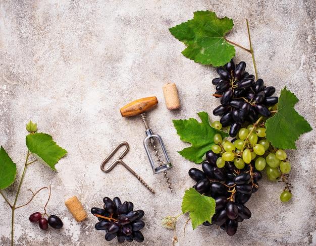 Uva, vinho e saca-rolhas vintage Foto Premium