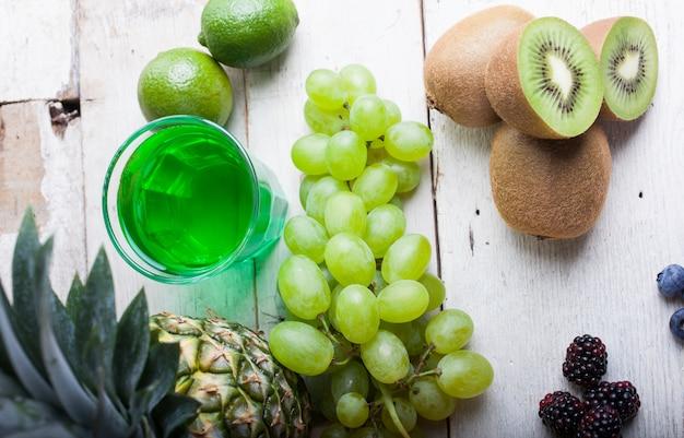 Uvas brancas e kiwi Foto Premium