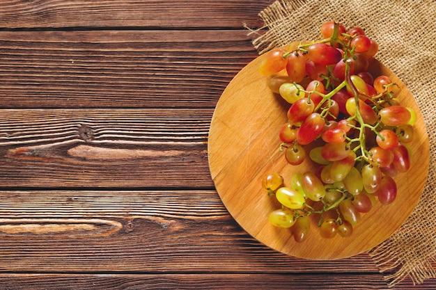 Uvas em uma mesa de madeira Foto Premium