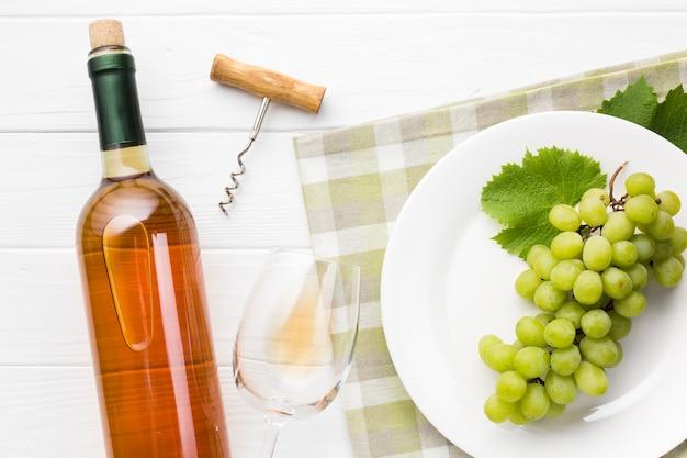 Uvas na chapa e vinho branco Foto gratuita