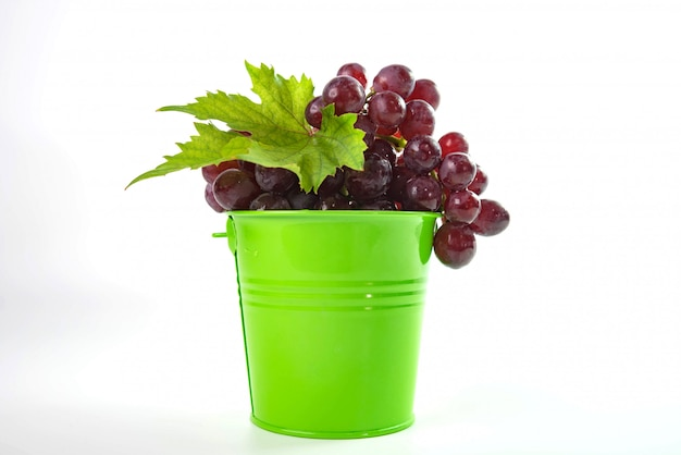 Uvas vermelhas maduras com folhas Foto Premium