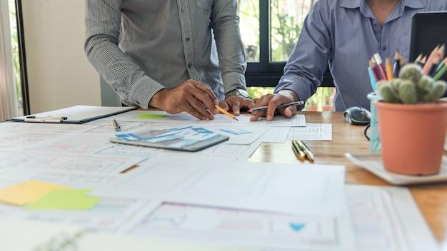 Ux designer projetando protótipo de layout de smartphone com o conceito de idéia de plano de desenho de desenho. Foto Premium