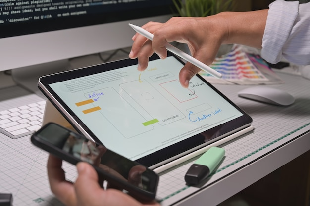 Ux designers criativos esboço protótipo de desenvolvimento de aplicativos de aplicativos para aplicativos móveis Foto Premium