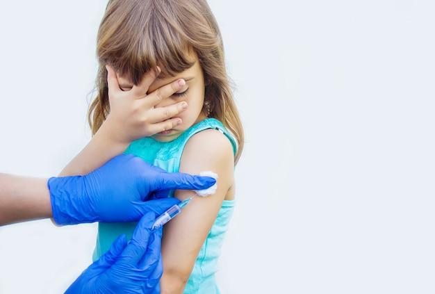 Vacinação de crianças. uma injeção. foco seletivo. Foto Premium