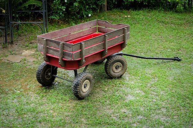 Vagão vermelho tamanho pequeno em um gramado verde Foto Premium