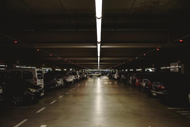 Valência, espanha - 14 de dezembro de 2018: estacionamento subterrâneo completo e escuro do carro. Foto Premium