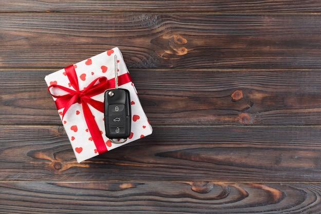 Valentine ou outro feriado presente handmade em papel com coração vermelho Foto Premium