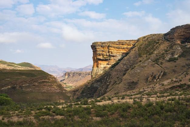 Vales, gargantas e penhascos rochosos no parque nacional majestoso das montanhas do golden gate, áfrica do sul. Foto Premium