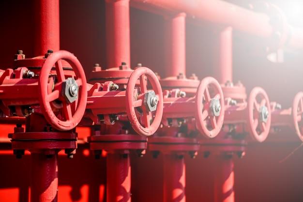 Válvula vermelha em processo de óleo e gás Foto Premium