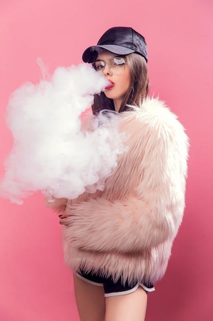 Vaping mulher em rosa Foto Premium