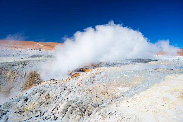 Vaporizar lagoas de água quente e vasos de barro na região geotérmica das terras altas andinas da bolívia Foto Premium