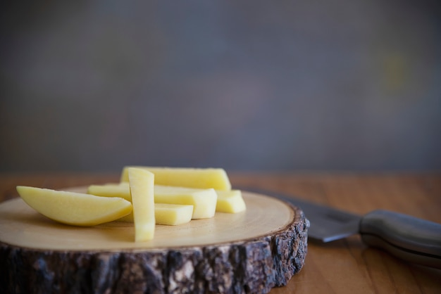 Vara de batata cortada pronta para fazer batatas fritas - conceito de preparação de comida tradicional Foto gratuita