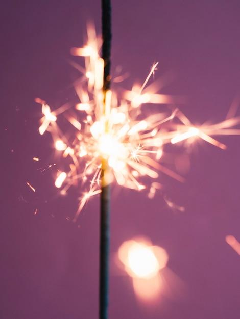 Vara de diamante brilhando em rosa Foto gratuita