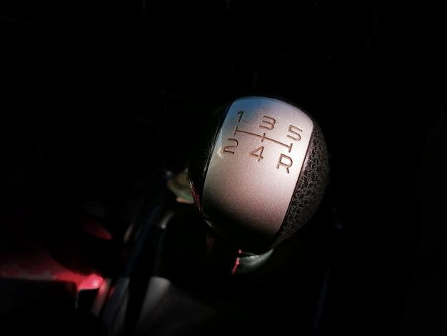 Vara de engrenagem de transmissão manual de carro com 5 marchas e posição reversa. Foto Premium